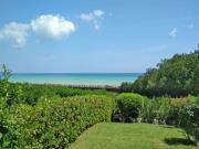 A KM. 9 DA SENIGALLIA: Con vista sul mare, soluzione cielo-terra di mq. 90 su 2 livelli (soggiorno, cucinino, ampio patio, 2 bagni, 2 camere) + balcone e giardino mq. 145 - RISTRUTTURATO RECENTEMENTE
