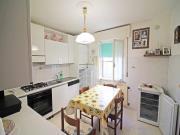 CIELO-TERRA A SENIGALLIA: zona Borgo Bicchia, cielo-terra di mq. 132 con due appartamenti + soffitta mq. 40 + corte esclusiva mq. 140 e garage grande. € 195.000,00
