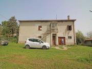 CASA A SENIGALLIA : In posizione panoramica porzione di casa colonica di mq 180 su due livelli + dependance mq 60 e terreno mq 2400. € 170000.