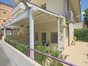 APPARTAMENTO A SENIGALLIA: A 50 mt. dal Lungomare di Levante, appartamento mq. 80 su due livelli (soggiorno/cucina, tre camere, due bagni) + ampia corte pavimentata verandata e posto auto esclusivo.
