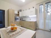 APPARTAMENTO A SENIGALLIA: zona Portone, primo piano di mq. 105 netti (soggiorno, cucina, tre camere, ripostiglio, due bagni) + tre balconi e garage. Completamente ristrutturato nel 2018.