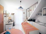 VILLETTA ZONA MARE: A. m. 100 dal mare, soluzione cielo-terra di mq. 105 su 3 livelli (soggiorno/cucina, 2 camere, 2 bagni, taverna) + corte esclusiva e 3 terrazzi