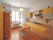 APPARTAMENTO A SENIGALLIA: In zona centrale, in contesto trifamiliare, appartamento di mq 107 al primo piano (soggiorno, cucina, due camere, bagno) + taverna, garage e corte esclusiva mq. 150.