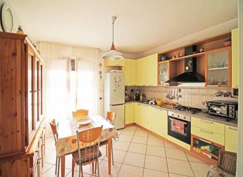 Fotografia principale Immobile[SV03611]: APPARTAMENTO A SENIGALLIA: prima periferia, secondo piano di mq 90 (soggiorno con terrazzo, cucina, tre camere, due bagni) + soffitta mq 55 (monolocale con bagno) + garage € 290.000,00.
